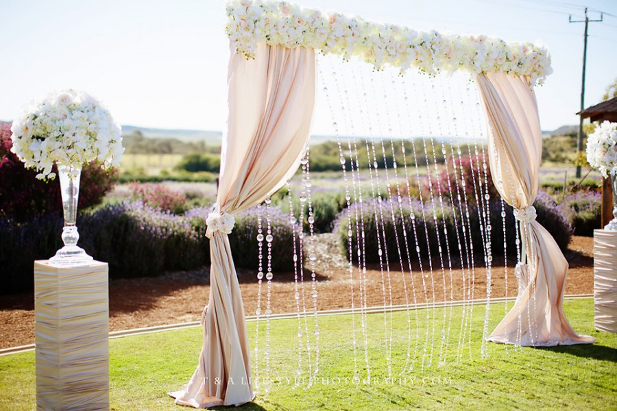 10 gorgeous wedding ceremony backdrops for any budget