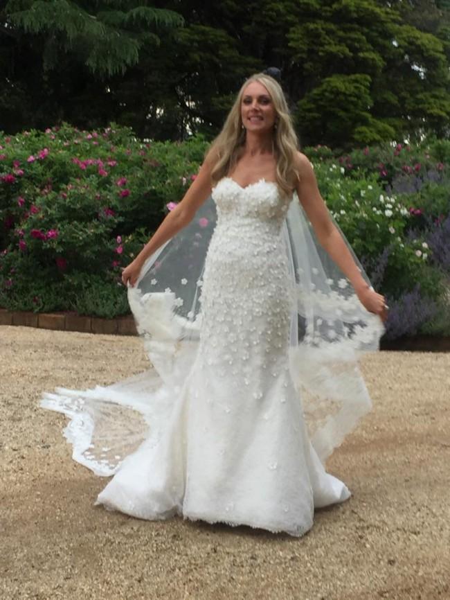 Oscar de la renta 44e10 cascading snowflake gown wedding dress on oscar de la renta 44e10 cascading snowflake gown junglespirit Images