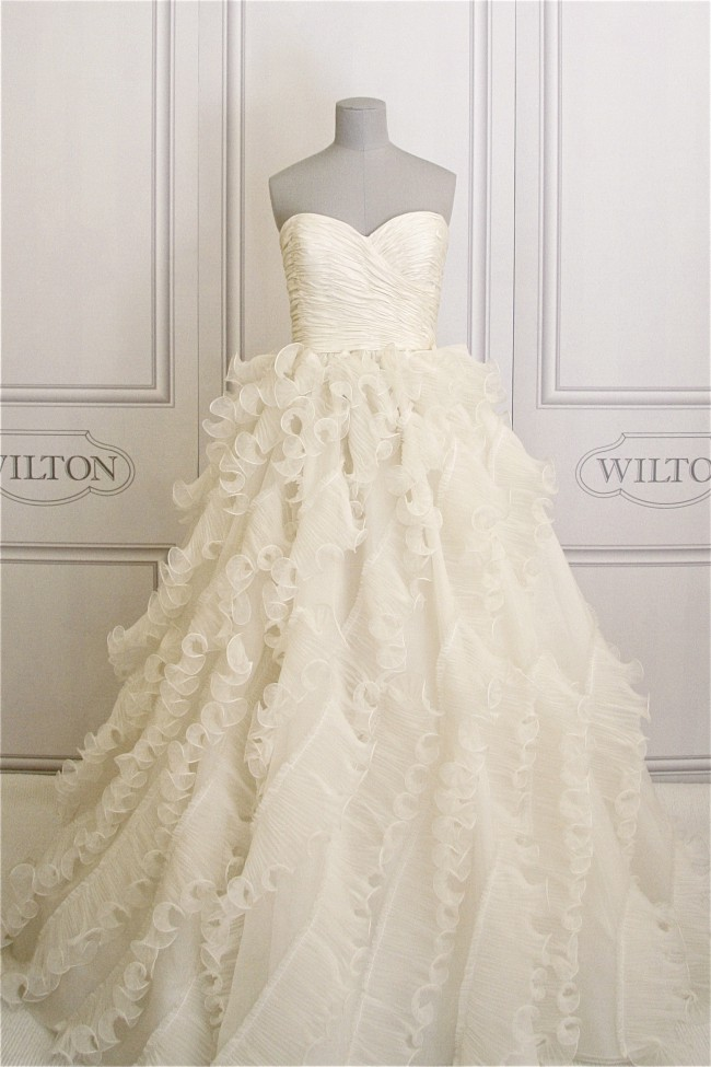 Oscar de la renta 92e25 used wedding dresses stillwhite for Oscar de la renta wedding dress prices